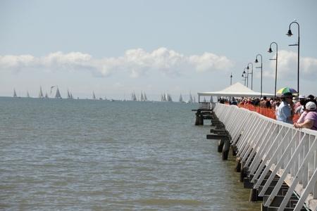 yacht race: BRISBANE, AUSTRALIA - 22 de APR: The Brisbane a Gladstone regata muestra barcos listos para iniciar o muelle de Sandgate en Brisbane, Australia, el 22 de abril de 2011  Editorial