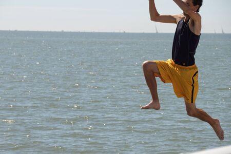 yacht race: BRISBANE, AUSTRALIA - 22 de APR: The Brisbane a Gladstone regata excita hombre saltar de muelle en Brisbane, Australia, el 22 de abril de 2011  Editorial