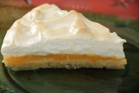pie de limon: pieza de tri�ngulo de pie lim�n merengue en tabla Foto de archivo