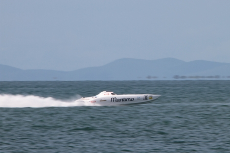 pointless: BRISBANE, AUSTRALIA - SEPTEMBER 16 : Team Maritimo participating in round 5 of Offshore Superboat Championships on September 16, 2012 in Brisbane, Australia Editorial