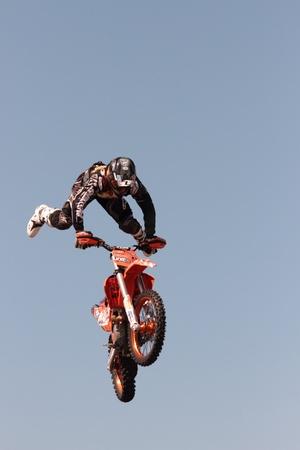 motorcross: BRISBANE, AUSTRALIA - 15 de septiembre: Jinete no identificado dando demostraci�n de motocross FMX como parte de Redcliffe Festival el 15 de septiembre de 2012 en Brisbane, Australia