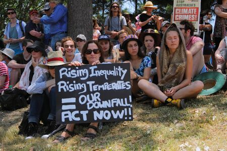 capitalismo: BRISBANE, AUSTRALIA - 15 de noviembre: Briscan20 contra el capitalismo manifestante unidentifed el 15 de noviembre de 2014 en Brisbane, Australia