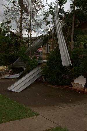 declared: BRISBANE, AUSTRALIA - 28 novembre: albero tetto littering da super-zona grandinata cella dichiarato disastro il 28 novembre 2014 a Brisbane, Australia