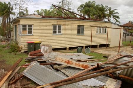 declared: BRISBANE, AUSTRALIA - 28 novembre: tetto soffiato fuori casa dalla zona super-tempesta di grandine cella dichiarato disastro il 28 novembre 2014 a Brisbane, Australia Editoriali