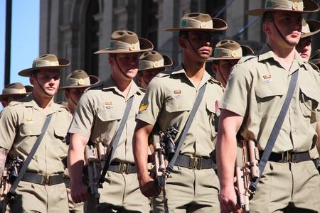 batallón: BRISBANE, AUSTRALIA - 25 de abril: 1er Batallón marcha a lo largo de la ruta durante el día Anzac conmemoraciones del centenario 25 de abril 2015 en Brisbane, Australia