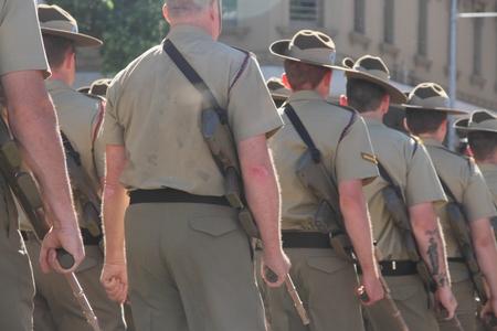 batallon: BRISBANE, AUSTRALIA - 25 de abril: 1er Batall�n marcha a lo largo de la ruta durante el d�a Anzac conmemoraciones del centenario 25 de abril 2015 en Brisbane, Australia