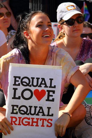 casamento: BRISBANE, AUSTRÁLIA - 08 de agosto de 2015: os frequentadores de rali não identificados com igual amor sinal pró-casamento gay no Marriage Equality Rally 08 de agosto de 2015 em Brisbane, Austrália