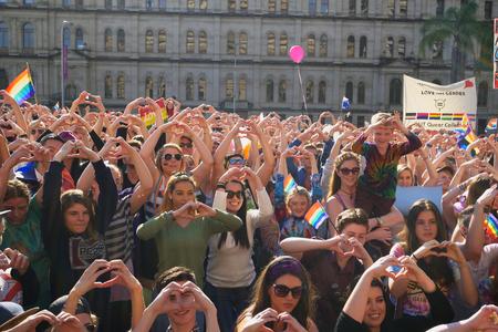 making love: BRISBANE, AUSTRALIA - 08 de agosto 2015: Multitudes hace la muestra de la mano del coraz�n del amor en el matrimonio Rally Igualdad 08 de agosto 2015 en Brisbane, Australia