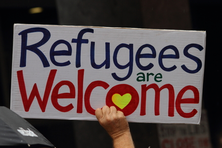 familia en la iglesia: BRISBANE, AUSTRALIA - FEBRERO 05: muestra de la protesta en apoyo de las iglesias que ofrecen refugio a los refugiados 05 de febrero de, 2016, Brisbane, Australia