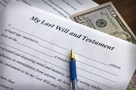 testament schreiben: Letzter Wille und Testament Form mit Stift, close-up