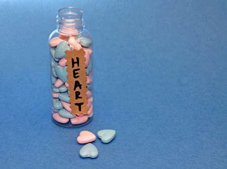 unrequited love: Concepto - cura para el amor no correspondido, en el fondo azul