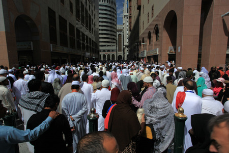 Muslims gathering after performing prayers at the mosque during pilgrimage in the city of Mecca 新聞圖片