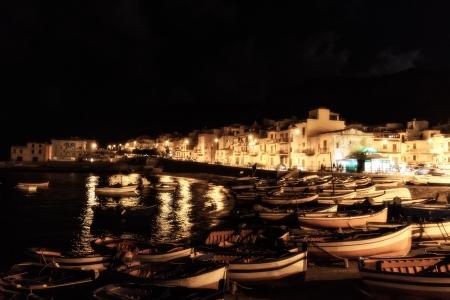 Mooie foto van de kustlijn Palermo met boten 's nachts op het strand