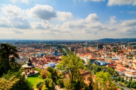 Tetti di Graz bella foto della città austriaca di Graz sorprendente nel mese di settembre con una vista dalla collina del castello sui famosi tetti della città Archivio Fotografico - 22220545