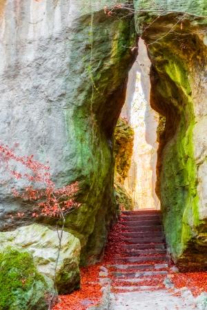 Rock Garden bij het Duitse dorp Sanspareil in Beieren, Europa, genomen in de late herfst Rocks oktober op zoek als vrouwelijke Vagina Stockfoto
