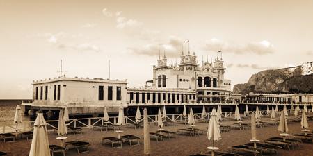 mondello: Edificio Art Nouveau Style Stabilimento Balneare del 20esimo secolo alla spiaggia di Mondello vicino Palermo, in Sicilia, Italia, girato dallo spazio pubblico Editoriali