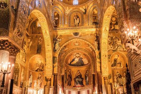 cappella: PALERMO, SICILIA ITALIA - 27 de junio 2013 tiro interior de la famosa Capilla Palatina en Sicilia el 27 de junio de 2013, el Palazzo Reale en Palermo en Sicilia, Italia
