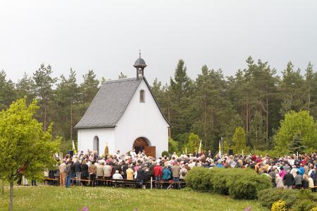 DOERNWASSERLOS, Beieren Duitsland - 1 mei 2024 Traditionele katholieke processie voor Maria op 1 mei 2024 aan de Schoenstattzentrum Marienberg in Beieren