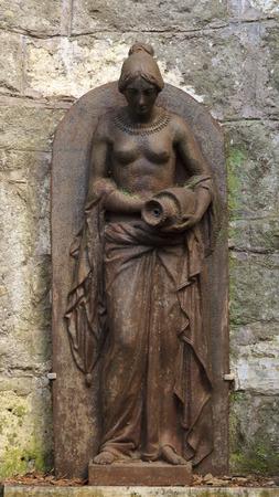 senos desnudos: Estatua de una mujer con los pechos desnudos en una fuente en Roma