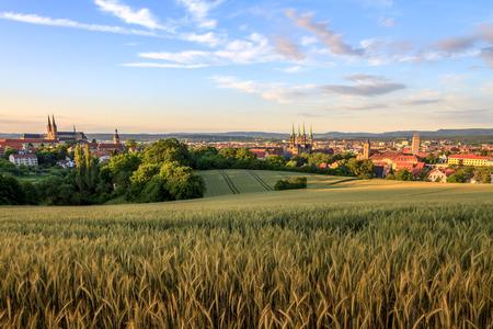Cityscape Zicht op de oude kerken van de oude Duitse middeleeuwse stad Bamberg op een zonsondergang in de zomer