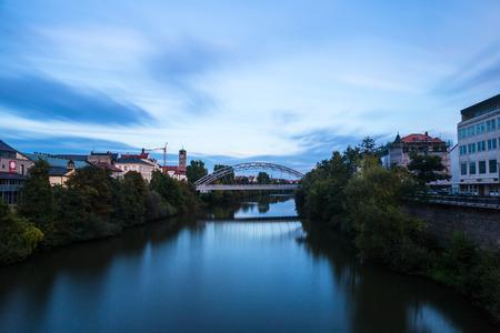 Avond op een brug in de Beierse Wereld Cultuur Erfgoed Stad van Bamberg in Oberfranken, Duitsland