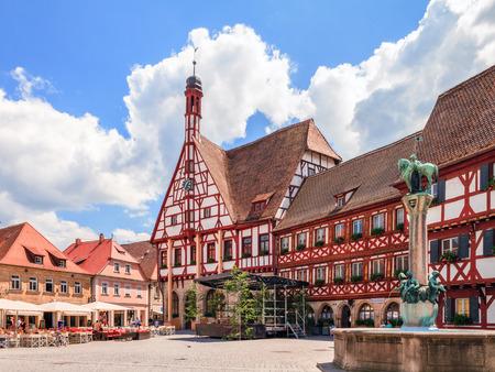 Historische stadhuis van Forchheim in het duits Oberfranken, Beieren. Pittoreske vakwerkhuis met weinig klokkentoren. Bewolkte hemel