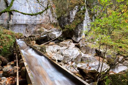 cours d eau: Valley avec cours d'eau et cascades � l'automne pr�s de Neuschwanstein, Allemagne, prise en automne Octobre