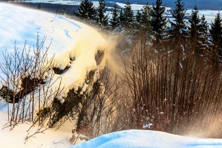 winter wonderland: Freddo winter wonderland nevoso sulle colline del Giura Regione Franconia della Germania. Solitudine dolce. Freddo e solitario paesaggio. Light Fantastic