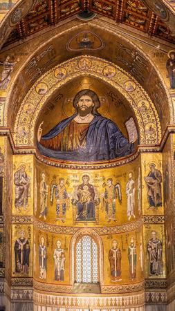 MONREALE, PALERMO  ITALIË - 27 juni 2013: Interieur shot van de beroemde kathedraal van Santa Maria Nuova van Monreale op 27 juni 2013 in Monreale in de buurt van Palermo in Sicilië, Italië