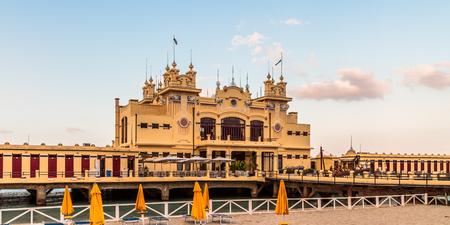 mondello: Art Nouveau Style edificio Stabilimento Balneare del 20esimo secolo alla spiaggia di Mondello, vicino Palermo, in Sicilia, l'Italia, girato dallo spazio pubblico Archivio Fotografico