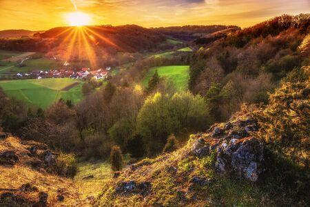 campagne rural: Coucher de soleil sur les collines jurassiques de Haute-Franconie, Allemagne. Belle soir�e de printemps dans la campagne rurale, pr�s de Bamberg. Paysage europ�enne