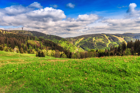 Feldberg Mountain in Duitsland in het voorjaar. Mooie heuvels en bossen. Blauwe bewolkte hemel. Fantastisch landschap Stockfoto