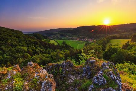 Het plattelandslandschap van de zomer in het Frankische Zwitserland Duitsland. Rotsen en heuvels van een oude kustlijn Stockfoto