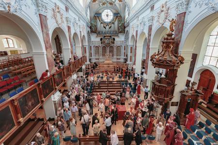 AUGSBURG, DEUTSCHLAND. 8. August 2015: Augsburg City in Bayern, Deutschland. Ökumenischer Gottesdienst am Jahrestag des Friedens der Religionen von Augsburg. Predigt über der Kanzel