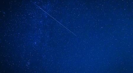 Perseidi Meteor Shower in Alta Franconia, in Germania in una notte limpida. High ISO notte Immagine Archivio Fotografico - 43875887