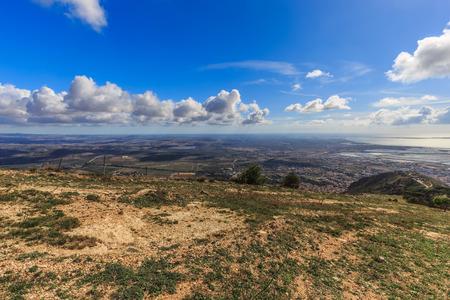 colores calidos: Paisaje de Sicilia en la montaña cerca de Erice Trapani, Italia. Tarde de otoño caliente con algunas nubes. Los colores cálidos y precioso cielo. Popular destino de viaje Foto de archivo