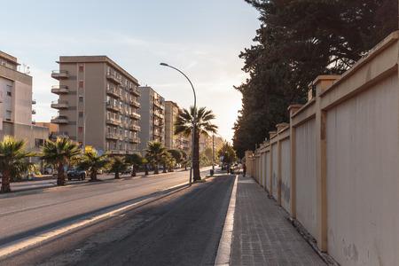 colores calidos: Trapani, Italia - 26 de septiembre de 2015: Ciudad mediterránea de Trapani en Sicilia en un cálido día de otoño temprano. Colores cálidos preciosas de la ciudad salada populares en la costa Editorial