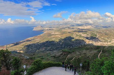 warm colors: Paisaje de Sicilia en la montaña cerca de Erice Trapani, Italia. Tarde de otoño caliente con algunas nubes. Los colores cálidos y precioso cielo. Popular destino de viaje Editorial