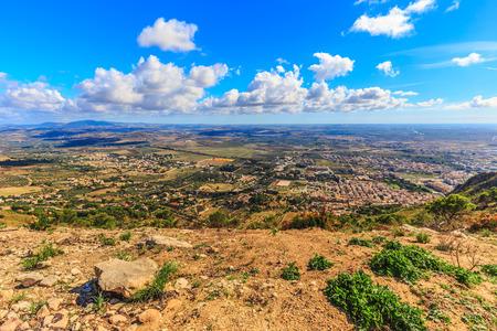 warm colors: Paisaje de Sicilia en la montaña cerca de Erice Trapani, Italia. Tarde de otoño caliente con algunas nubes. Los colores cálidos y precioso cielo. Popular destino de viaje Foto de archivo