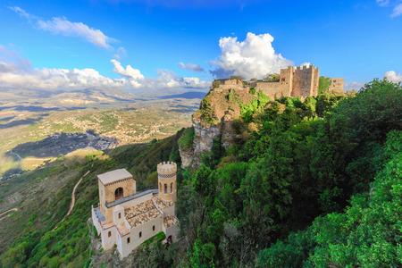Mountain Fortress en Dorp van Erice op Sicilië, Italië. Verbazingwekkende middeleeuwse mediterrane stenen gebouwen en huizen. Historische locatie en populaire reisbestemming. Warme kleuren op een warme vroege herfst middag