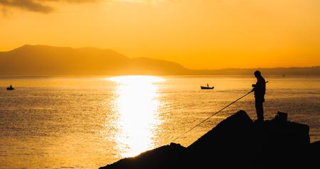 colores calidos: Con amor de Sicilia. Salida del sol dramática sobre el mar Mediterráneo. Romántico amanecer de Palermo, Italia, en la isla de Sicilia. pintorescos colores cálidos y las siluetas de barcos de pesca en la mañana Foto de archivo