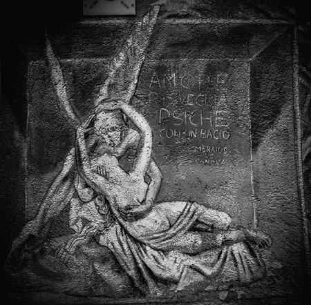psique: PALERMO, ITALIA - 10 DE OCTUBRE 2015: Graffiti de Amor y Psique en Palermo, Italia, en las calles Editorial