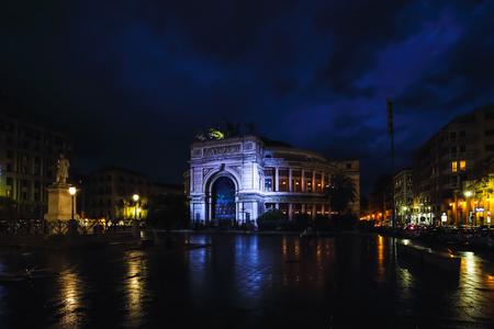 PALERMO, ITALIË - OKTOBER 10 2015: Beroemde Politeama-de Theaterbouw van Palermo, Italië bij het blauwe avonduur