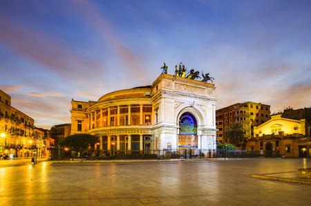 Palermo, Italië - 25 oktober 2015: Politeama theatergebouw in Palermo in het blauwe ochtenduur Redactioneel
