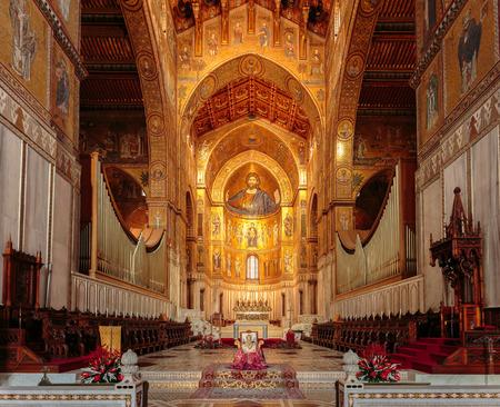 MONREALE, ITALIÃ‹ - JANUARI 05 2016: Binnenlandse Kathedraal van Monreale. Reis en toeristische bestemming. Christelijk-katholieke middeleeuwse architectuur Redactioneel