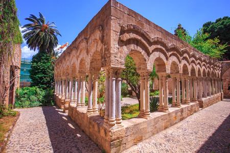 Splendida vista sul vecchio chiostro di San Giovanni a Palermo, Sicilia, Italia in una calda mattina di primavera Archivio Fotografico - 57861381