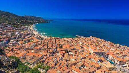 paisaje mediterraneo: Fantástico Paisaje en la ciudad costera siciliana italien de Cefalu. Colores del verano calientes. Precioso mar y casas históricas mediterráneas. Preciosa vista y el destino turístico europeo en Italia