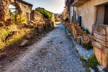 paisaje mediterraneo: Sicilia Ciudad fantasma de Poggioreale en Italia, Europa. Pintoresco Cityscapeof un lugar abandonado en el paisaje mediterráneo en un día caluroso de verano julio. Increíble atmósfera fantasmal tranquilo y sereno