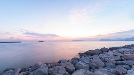 Italienischer Seesonnenaufgang Standard-Bild - 87593929