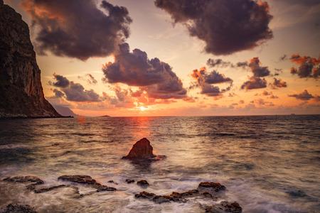 Malerischer Sonnenuntergang am Meer Standard-Bild - 87593931